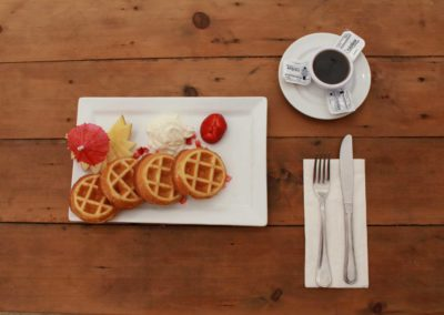 Desayuno, waffles con cafe
