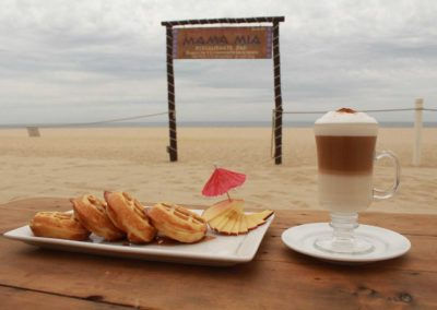 Desayuno, waffles con cafe capuchino