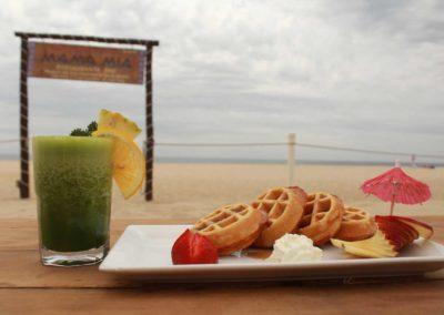 Desayuno, waffles con jugos naturales